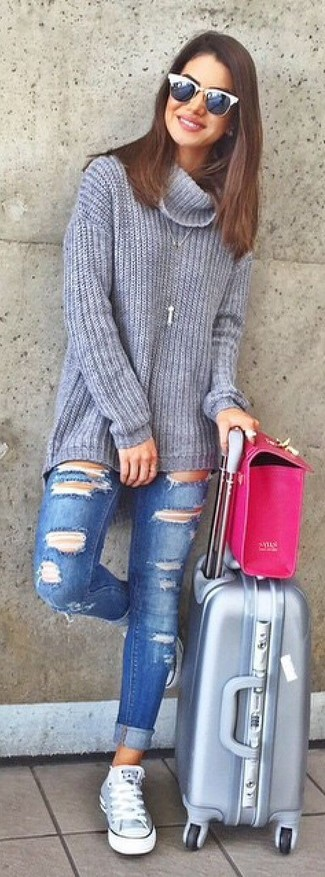 Comment porter: pull à col roulé en tricot gris, jean skinny déchiré bleu, baskets montantes grises, cartable en cuir fuchsia