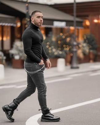 Comment porter un pull à col roulé noir: Pour une tenue aussi confortable que ton canapé, marie un pull à col roulé noir avec un jean skinny déchiré gris foncé. Habille ta tenue avec une paire de bottes de loisirs en cuir noires.