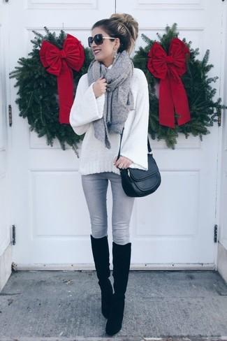 Comment porter: pull à col roulé en laine en tricot blanc, jean skinny gris, bottes hauteur genou en daim noires, sac bandoulière en cuir noir