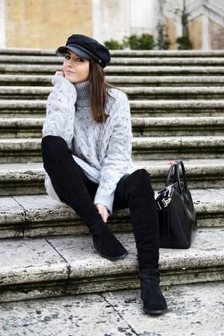 Tenue: Pull à col roulé en laine en tricot gris, Jean skinny noir, Bottes mi-mollet en daim noires, Sac fourre-tout en cuir noir