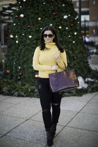 Comment porter: pull à col roulé jaune, jean skinny déchiré noir, bottines à lacets en daim noires, sac fourre-tout en cuir noir