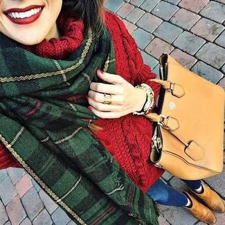 Comment porter: pull à col roulé en laine en tricot rouge, jean skinny bleu, bottines chelsea en daim marron clair, sac fourre-tout en cuir marron clair