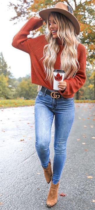 Comment porter un pull à col roulé orange: Pour créer une tenue idéale pour un déjeuner entre amis le week-end, opte pour un pull à col roulé orange avec un jean skinny bleu. Assortis ce look avec une paire de des bottines en daim marron clair.