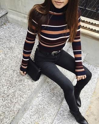 Comment porter: pull à col roulé à rayures horizontales multicolore, jean skinny noir, bottines en cuir noires, sac bandoulière en cuir noir