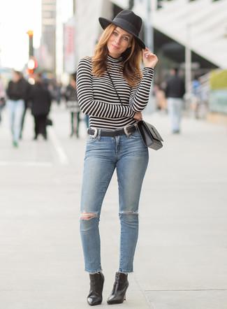 Comment porter: pull à col roulé à rayures horizontales noir et blanc, jean skinny déchiré bleu clair, bottines en cuir noires, sac bandoulière en cuir noir