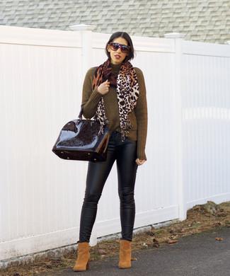 Comment porter: pull à col roulé olive, jean skinny en cuir noir, bottines en daim marron clair, cartable en cuir noir