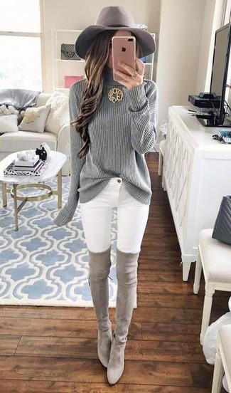 Comment porter: pull à col roulé en tricot gris, jean skinny blanc, cuissardes en daim grises, chapeau en laine gris