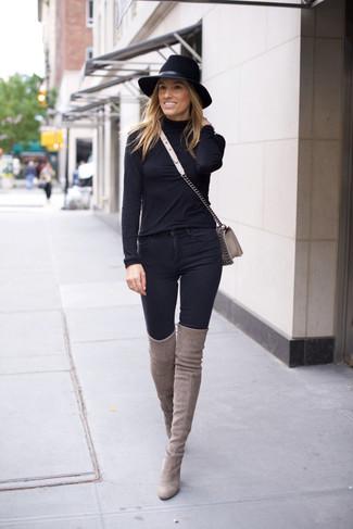 Comment porter: pull à col roulé noir, jean skinny noir, cuissardes en daim grises, sac bandoulière en cuir gris