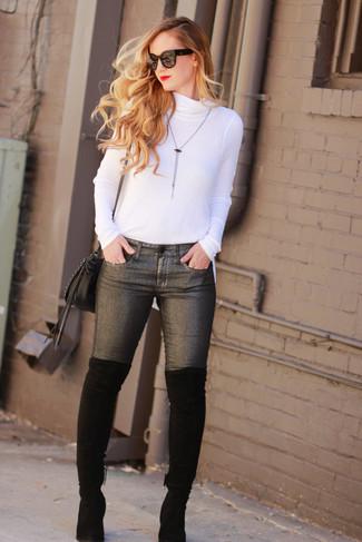 Comment porter un pendentif argenté: Marie un pull à col roulé blanc avec un pendentif argenté pour créer un look génial et idéal le week-end. Jouez la carte classique pour les chaussures et choisis une paire de des cuissardes en daim noires.