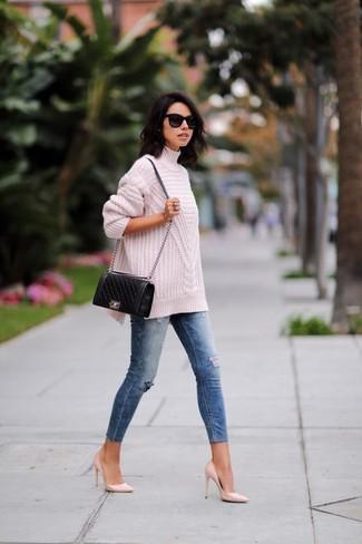 Comment porter: pull à col roulé en tricot rose, jean skinny déchiré bleu, escarpins en cuir roses, sac bandoulière en cuir matelassé noir