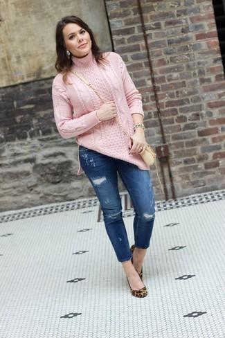 Comment porter: pull à col roulé en tricot rose, jean skinny déchiré bleu, escarpins en daim imprimés léopard marron clair, sac bandoulière en cuir beige