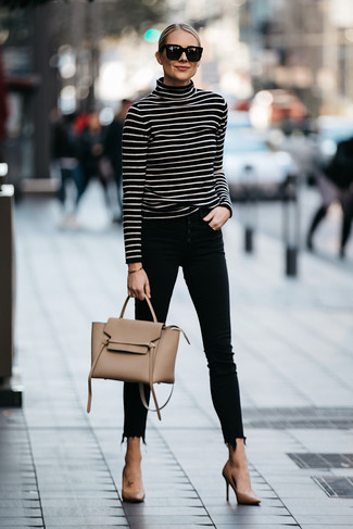 Comment porter: pull à col roulé à rayures horizontales noir et blanc, jean skinny noir, escarpins en cuir marron clair, cartable en cuir marron clair