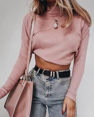 Comment porter: pull à col roulé rose, jean skinny gris, sac bandoulière en cuir rose, ceinture en cuir noire