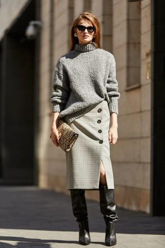 Comment porter des bottes hauteur genou en cuir noires: Pense à associer un pull à col roulé en tricot gris avec une jupe crayon écossaise grise pour une tenue idéale le week-end. Une paire de des bottes hauteur genou en cuir noires est une option avisé pour complèter cette tenue.