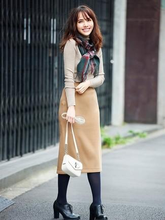 Comment porter des collants: Pense à porter un pull à col roulé beige et des collants pour un look confortable et décontracté. D'une humeur audacieuse? Complète ta tenue avec une paire de des bottines à lacets en cuir noires.