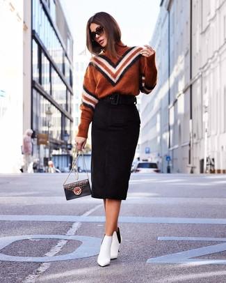 Comment porter: pull à col roulé à motif zigzag tabac, jupe crayon en daim noire, bottines en cuir blanches, sac bandoulière en cuir imprimé noir