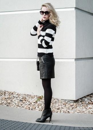 Comment porter: pull à col roulé à rayures horizontales noir et blanc, jupe crayon en cuir noire, bottines en cuir noires, sac bandoulière en cuir matelassé noir
