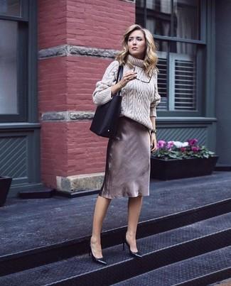 Tenue: Pull à col roulé en laine en tricot beige, Jupe crayon marron, Escarpins en cuir noirs, Sac fourre-tout en cuir noir
