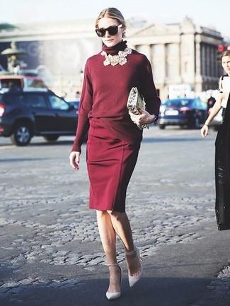 Tenue de Olivia Palermo: Pull à col roulé bordeaux, Jupe crayon bordeaux, Escarpins en cuir blancs, Lunettes de soleil noires
