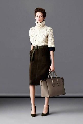 Tenue: Pull à col roulé en tricot beige, Jupe crayon en velours marron foncé, Escarpins en daim olive, Sac fourre-tout en cuir gris