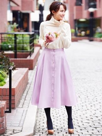 Comment porter: pull à col roulé beige, jupe évasée rose, escarpins en cuir épaisses marron, sac bandoulière en cuir blanc