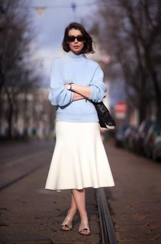 Comment porter: pull à col roulé en tricot bleu clair, jupe évasée en laine beige, mules en cuir marron clair, lunettes de soleil marron foncé