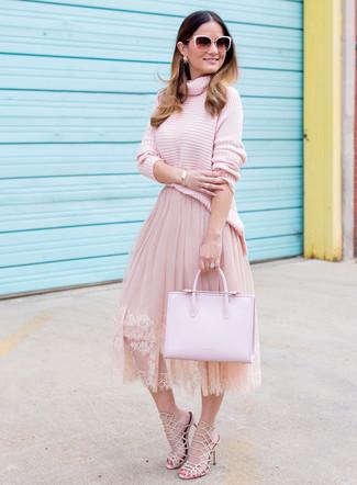 Comment porter: pull à col roulé en tricot rose, jupe évasée de tulle rose, sandales à talons en cuir beiges, sac fourre-tout en cuir rose