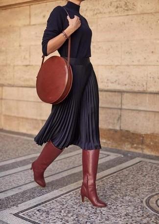 Comment porter: pull à col roulé noir, jupe mi-longue plissée noire, bottes hauteur genou en cuir tabac, sac bandoulière en cuir tabac
