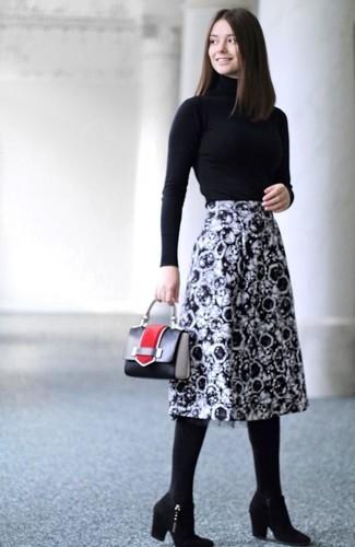 Comment porter: pull à col roulé noir, jupe mi-longue imprimée noire et blanche, bottines en daim noires, sac à main en cuir noir