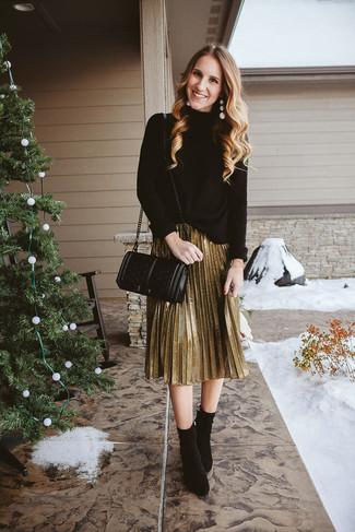 Comment porter: pull à col roulé en tricot noir, jupe mi-longue plissée dorée, bottines en daim noires, sac bandoulière en cuir matelassé noir