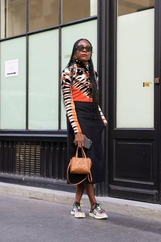 Comment porter: pull à col roulé imprimé tie-dye multicolore, jupe mi-longue noire, chaussures de sport multicolores, sac bandoulière en cuir marron clair