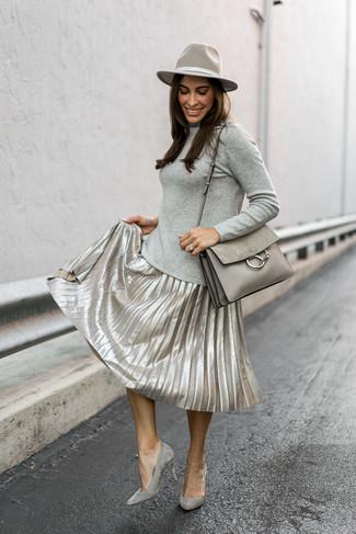 Comment porter: pull à col roulé gris, jupe mi-longue plissée argentée, escarpins en daim gris, cartable en cuir gris