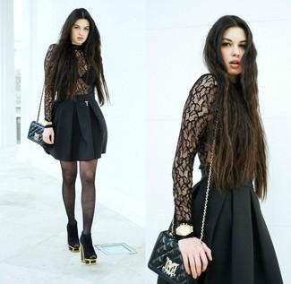 Comment porter: pull à col roulé en dentelle noir, jupe patineuse noire, bottines en daim découpées noires, sac bandoulière en cuir matelassé noir