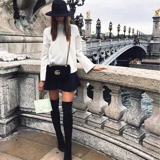 Comment porter: pull à col roulé blanc, jupe patineuse noire, cuissardes en daim noires, sac bandoulière en daim noir