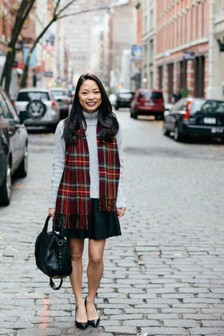 Comment porter une écharpe écossaise rouge: Pense à associer un pull à col roulé gris avec une écharpe écossaise rouge pour une impression décontractée. Une paire de des escarpins en cuir noirs est une option génial pour complèter cette tenue.