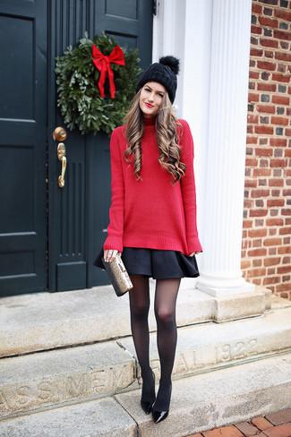 Comment porter: pull à col roulé en tricot rouge, jupe patineuse noire, escarpins en cuir noirs, pochette dorée