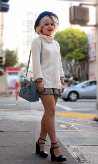 Comment porter: pull à col roulé en laine beige, jupe patineuse en vichy blanche et noire, sandales à talons en cuir noires, sac bandoulière en cuir gris