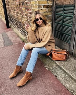 Comment porter: pull à col roulé en laine marron clair, jean bleu clair, bottines en daim marron clair, sac bandoulière en cuir tabac