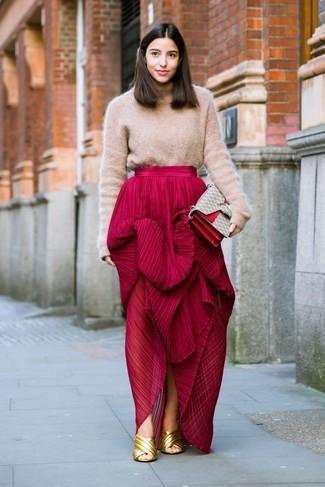 Comment porter: pull à col roulé en laine marron clair, jupe longue plissée rouge, mules en cuir dorées, cartable en toile imprimé beige