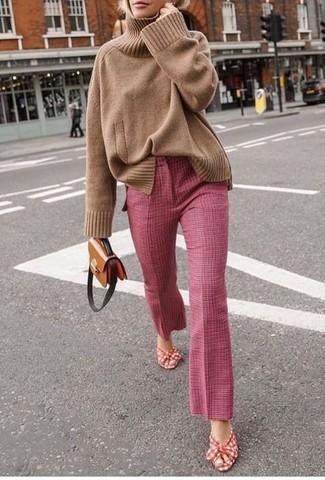 Comment porter: pull à col roulé en tricot marron clair, pantalon flare rose, sandales à talons en toile rouge et blanc, sac bandoulière en cuir marron