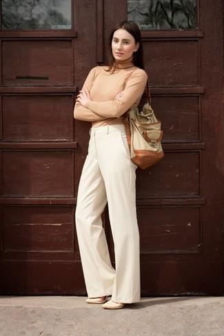 Tenue: Pull à col roulé marron clair, Pantalon large beige, Escarpins en cuir beiges, Sac bourse en cuir beige
