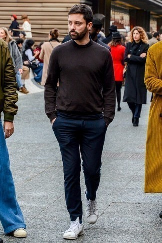 Comment porter un pantalon chino en laine bleu marine: Pour créer une tenue idéale pour un déjeuner entre amis le week-end, pense à marier un pull à col roulé marron foncé avec un pantalon chino en laine bleu marine. Une paire de des baskets basses en cuir blanches apporte une touche de décontraction à l'ensemble.