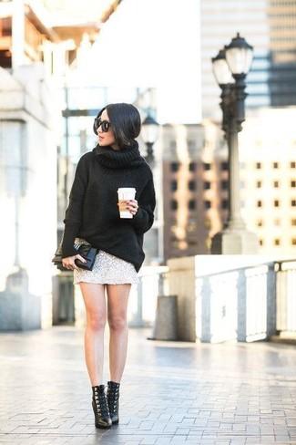 Comment porter: pull à col roulé en laine noir, minijupe pailletée argentée, bottines à lacets en cuir noires, pochette en cuir noire