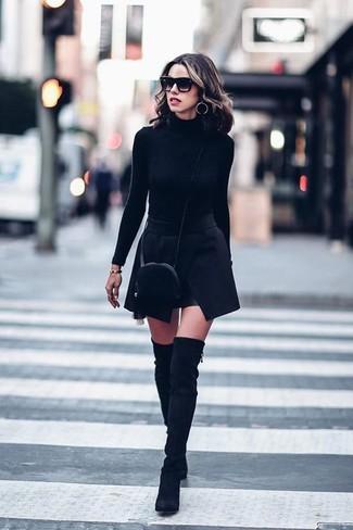 Comment porter: pull à col roulé noir, minijupe noire, cuissardes en daim noires, sac bandoulière en fourrure noir