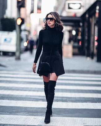Comment porter: pull à col roulé noir, minijupe noire, cuissardes en daim noires, sac bandoulière en daim noir