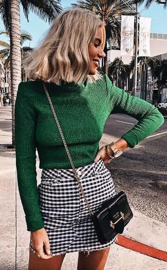 Associe un pull à col roulé vert foncé avec une montre dorée femmes Casio pour aller au bureau.
