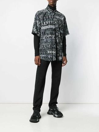 Comment porter: pull à col roulé noir, chemise à manches courtes imprimée noire et blanche, jean noir, chaussures de sport noires