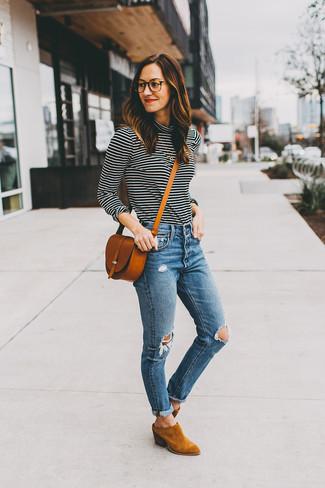 Tendances mode femmes: Harmonise un pull à col roulé à rayures horizontales noir et blanc avec un jean skinny déchiré bleu pour affronter sans effort les défis que la journée te réserve. Une paire de des bottines en daim tabac est une option parfait pour complèter cette tenue.