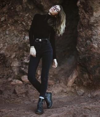 Comment porter: pull à col roulé noir, jean skinny noir, bottines plates à lacets en cuir noires, ceinture en cuir noire