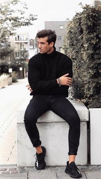 Comment porter: pull à col roulé noir, jean skinny noir, chaussures de sport noires, bracelet argenté